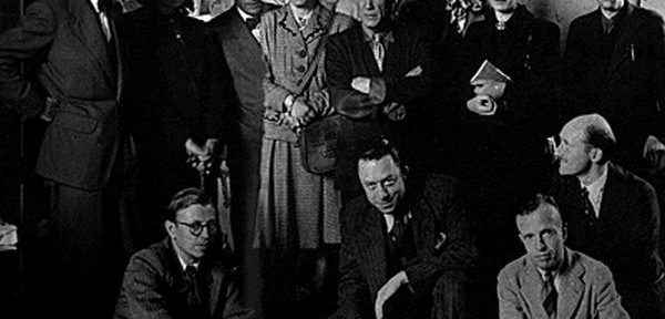Debout de gauche à droite: J. Lacan, Cécile Eluard, P. Reverdy, Louise Leiris, Picasso, Zanie de Campan, Valentine Hugo, Simone de Beauvoir, Brassaï. Assis de gauche à droite: Sartre, Camus, Michel Leiris, Jean Aubier.